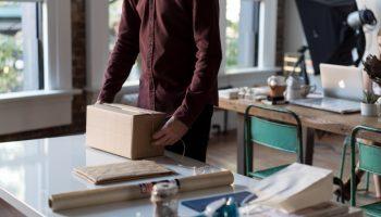 Kurier czy poczta? Jak wysłać paczkę za granicę?